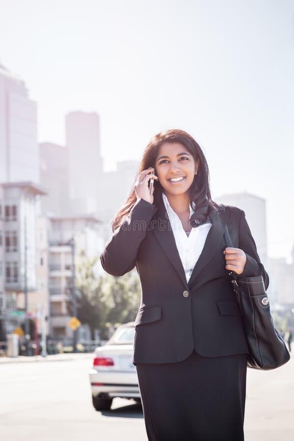 Empresaria india en el teléfono foto de archivo