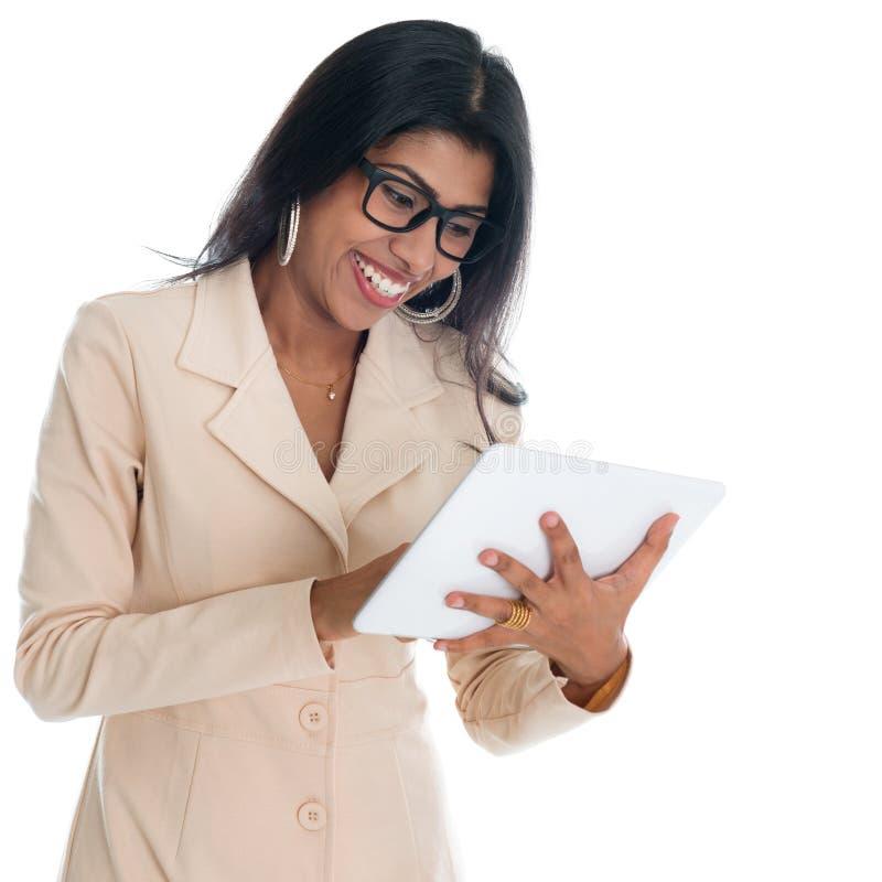 Empresaria india que usa la PC digital de la tableta fotografía de archivo