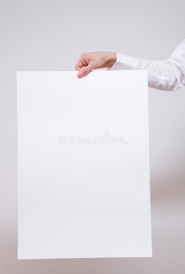 Empresaria irreconocible que lleva a cabo un cartel vacío imagen de archivo libre de regalías