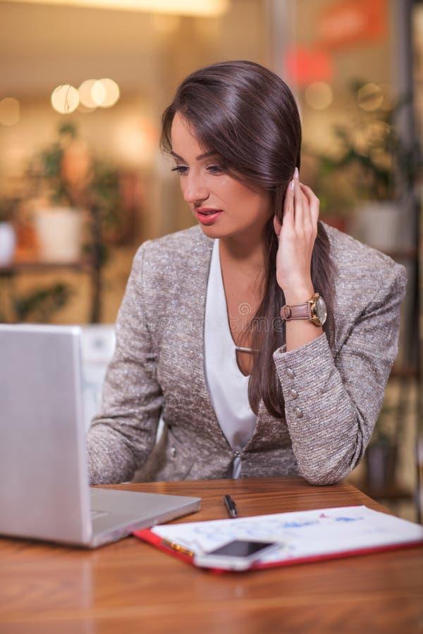 Empresaria joven acertada en un café fotos de archivo