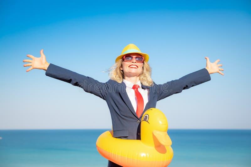 Empresaria joven acertada en una playa imágenes de archivo libres de regalías