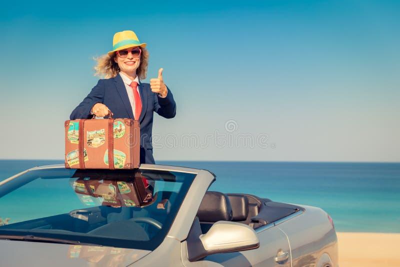 Empresaria joven acertada en una playa foto de archivo libre de regalías
