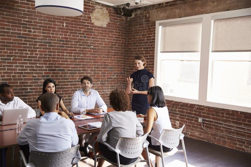 Empresaria joven Addressing Boardroom Meeting fotos de archivo libres de regalías
