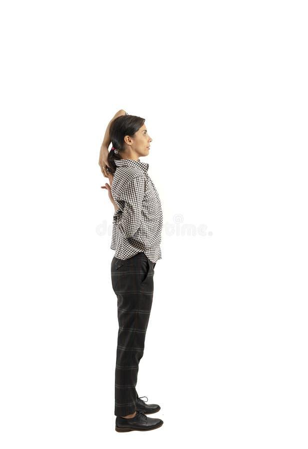 Empresaria joven aislada en el fondo blanco que hace ejercicios fotos de archivo libres de regalías