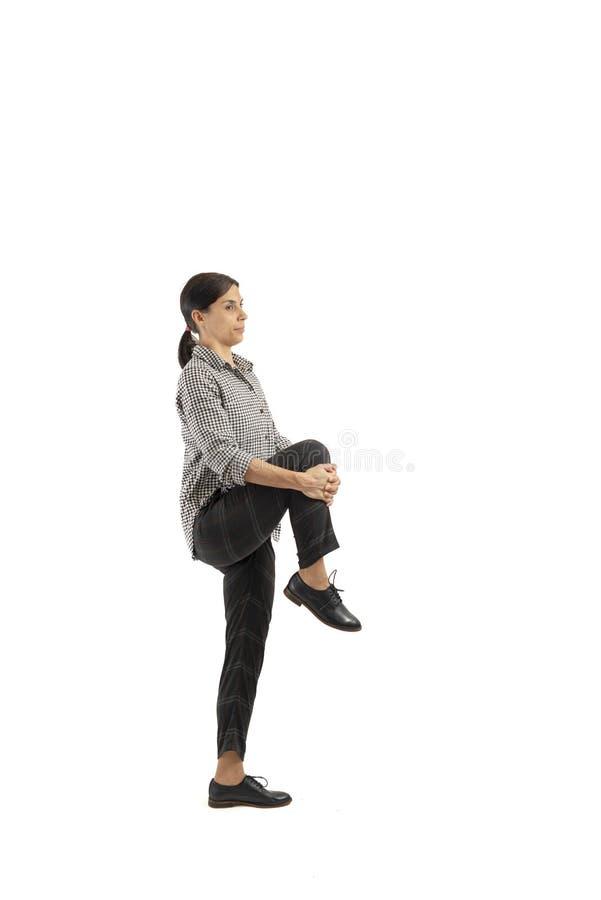Empresaria joven aislada en el fondo blanco que hace ejercicios foto de archivo libre de regalías