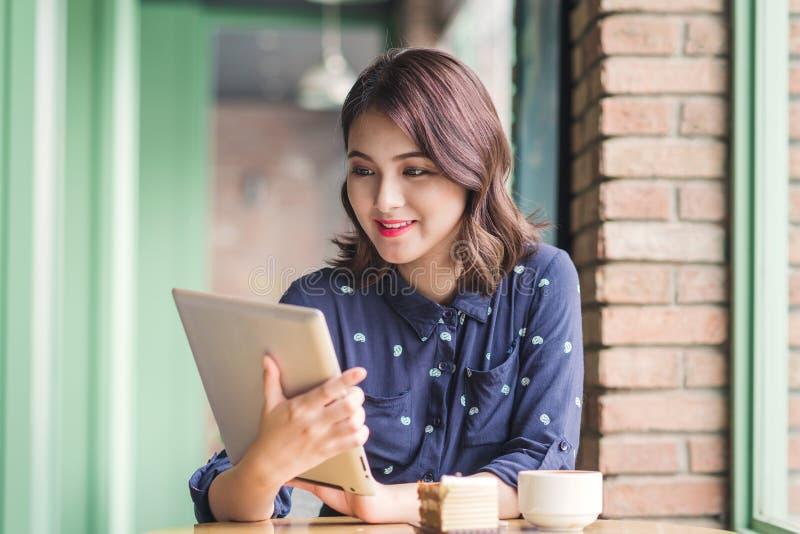 Empresaria joven asiática linda hermosa en el café, usando digi fotos de archivo libres de regalías