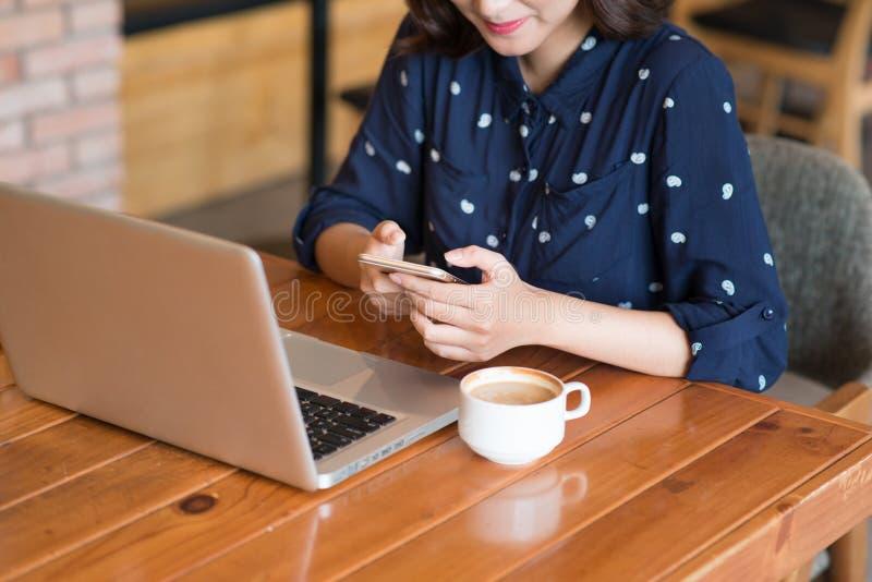 Empresaria joven asiática linda hermosa en el café, usando mobi imágenes de archivo libres de regalías