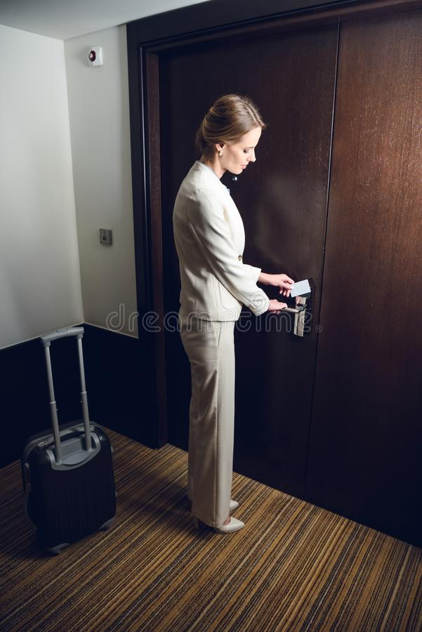 empresaria joven atractiva con la habitación de la abertura de la maleta imagenes de archivo