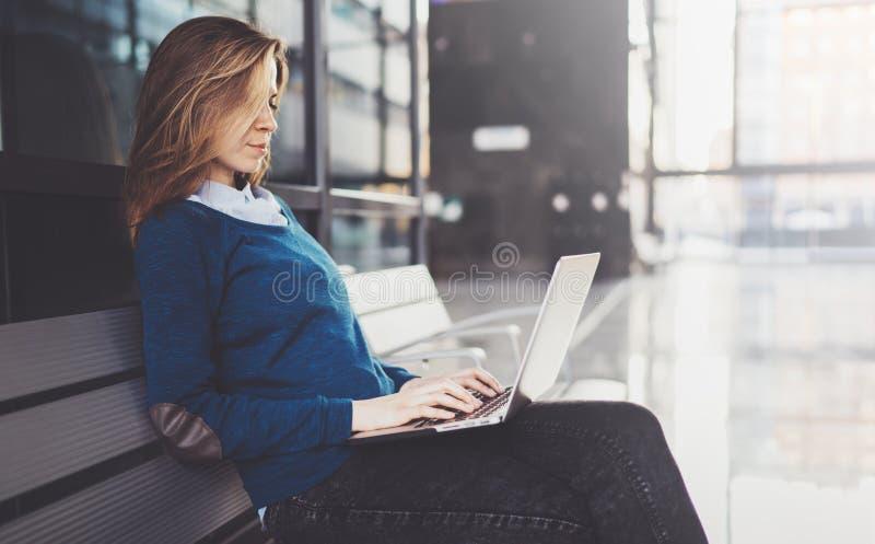 Empresaria joven atractiva que lleva la ropa casual y que trabaja en el centro de la oficina de negocios Hembra que usa al contem fotografía de archivo libre de regalías