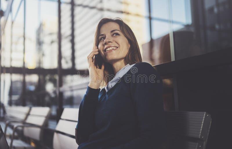 Empresaria joven atractiva que lleva la ropa casual y que trabaja en el centro de la oficina de negocios Hembra que usa al contem imagen de archivo libre de regalías