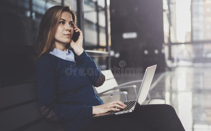 Empresaria joven atractiva que lleva la ropa casual y que trabaja en el centro de la oficina de negocios Hembra que usa al contem foto de archivo libre de regalías