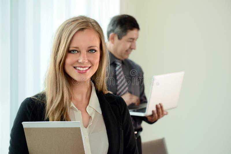 Empresaria joven con el compañero de trabajo imagen de archivo
