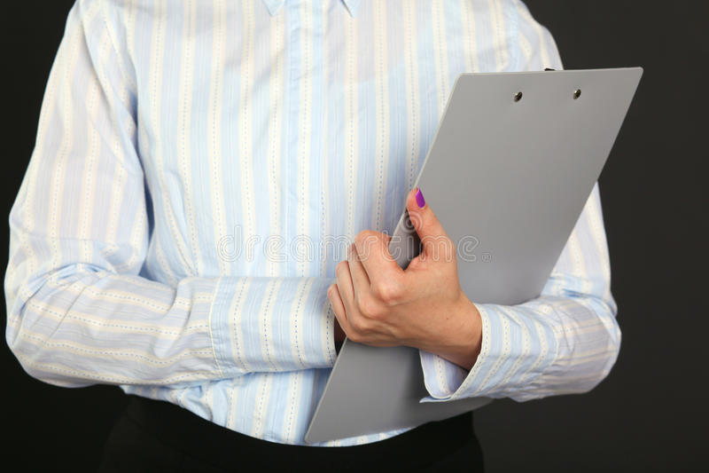 Empresaria joven con el exterior derecho de la tableta de un edificio de oficinas Desgaste formal hermoso el llevar de mujer imágenes de archivo libres de regalías