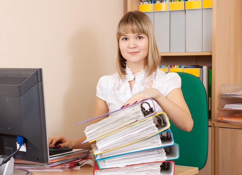 Empresaria joven con los documentos foto de archivo libre de regalías