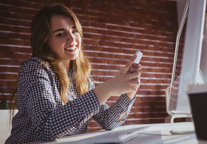 Empresaria joven del inconformista que usa su teléfono imagen de archivo libre de regalías
