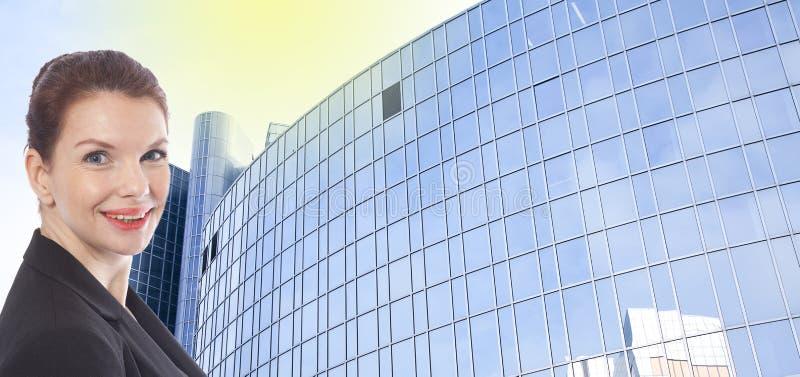 Empresaria joven delante del edificio de oficinas imagen de archivo libre de regalías