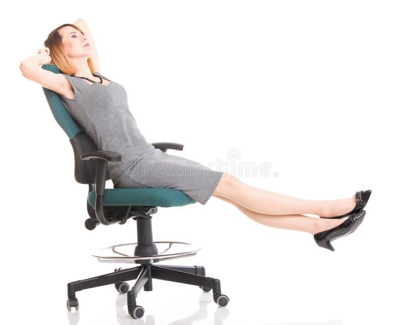 Empresaria joven emocionada feliz, relajándose en silla de la oficina, rel fotografía de archivo