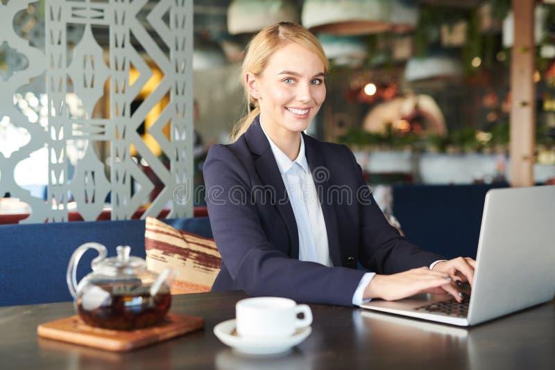 Empresaria joven en café imágenes de archivo libres de regalías
