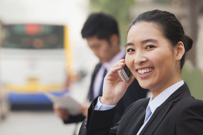 Empresaria joven en el teléfono, Pekín, China fotografía de archivo libre de regalías