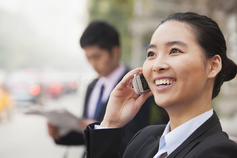 Empresaria joven en el teléfono, Pekín, China imagenes de archivo