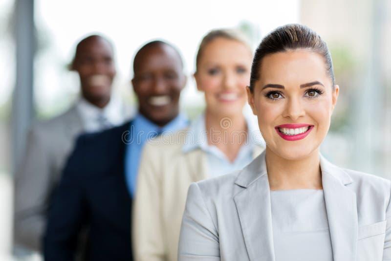 Empresaria joven en fila fotografía de archivo