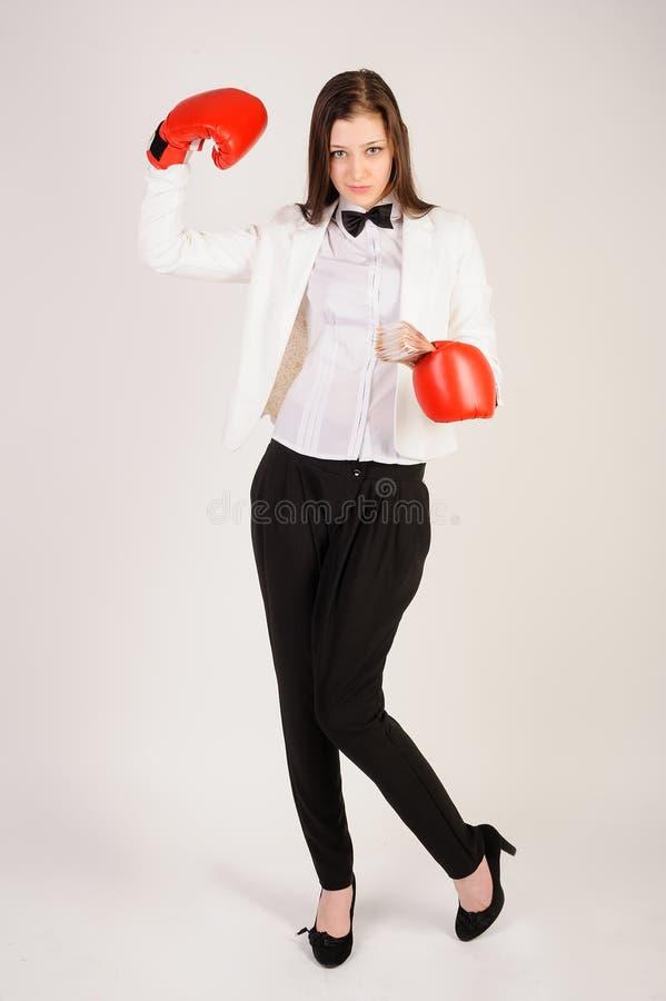 Empresaria joven en guantes de boxeo con efectivo foto de archivo libre de regalías