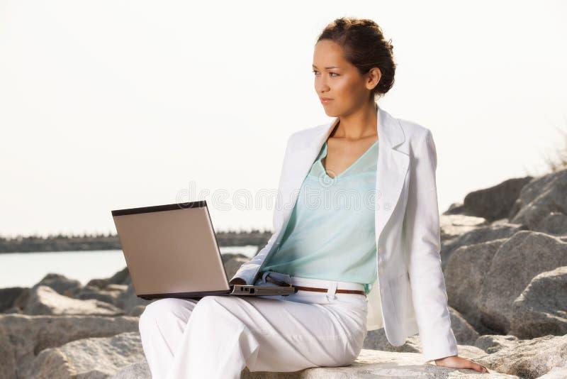 Empresaria joven en la playa imagen de archivo