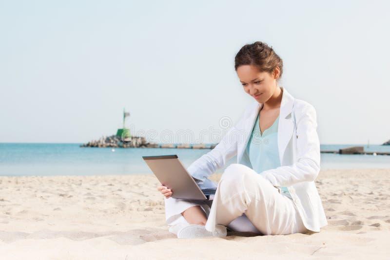 Empresaria joven en la playa imágenes de archivo libres de regalías
