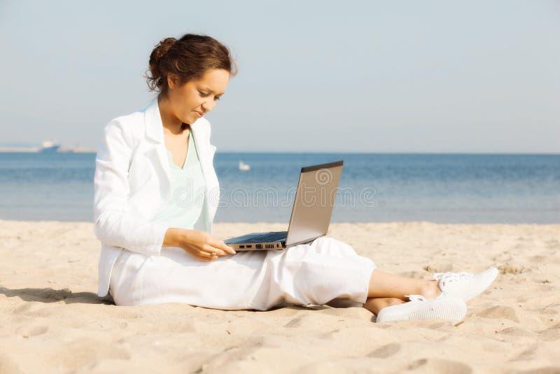 Empresaria joven en la playa fotos de archivo