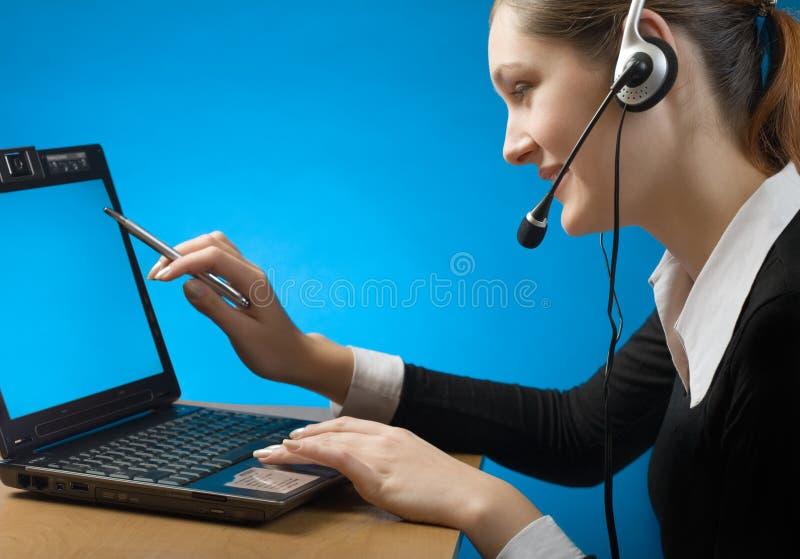 Empresaria joven en receptor de cabeza con el cuaderno imagen de archivo