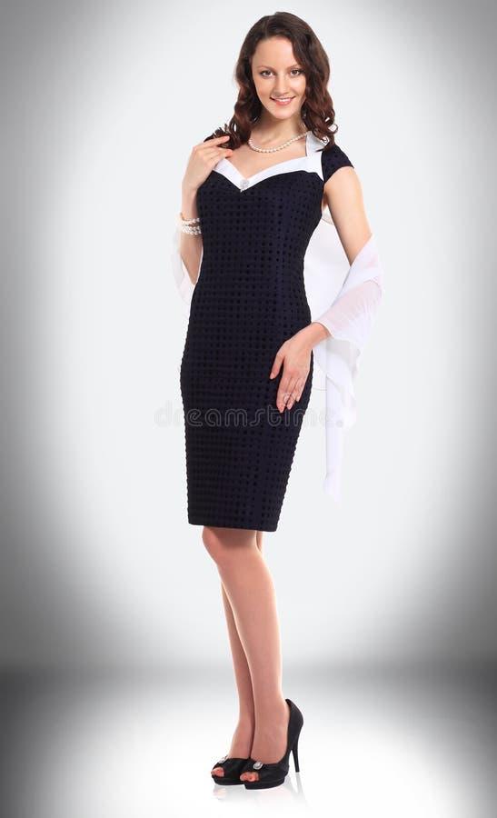 Empresaria joven encantadora en un vestido negro fotos de archivo libres de regalías