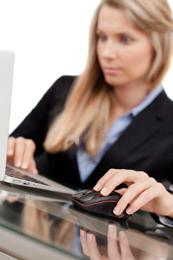 Empresaria joven hermosa que usa el ordenador portátil fotos de archivo libres de regalías