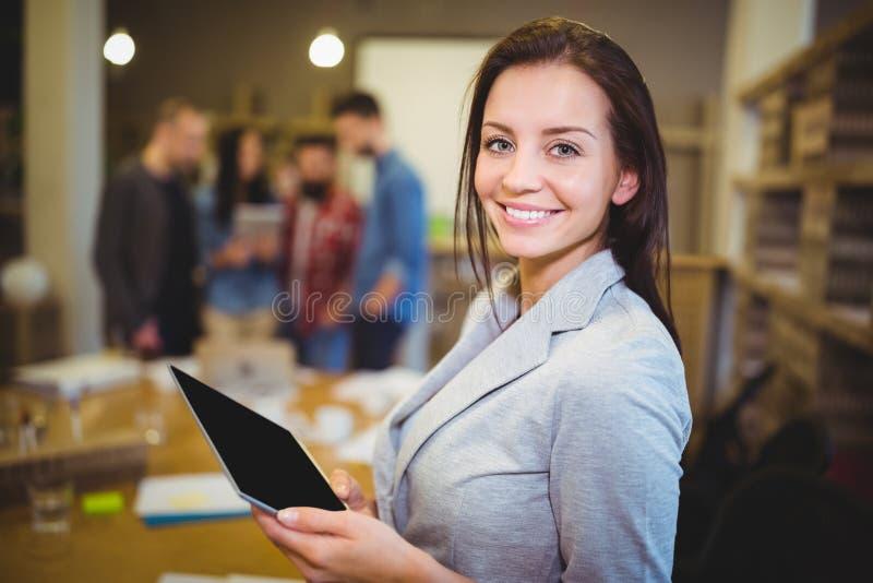 Empresaria joven Holding Digital Tablet fotos de archivo libres de regalías