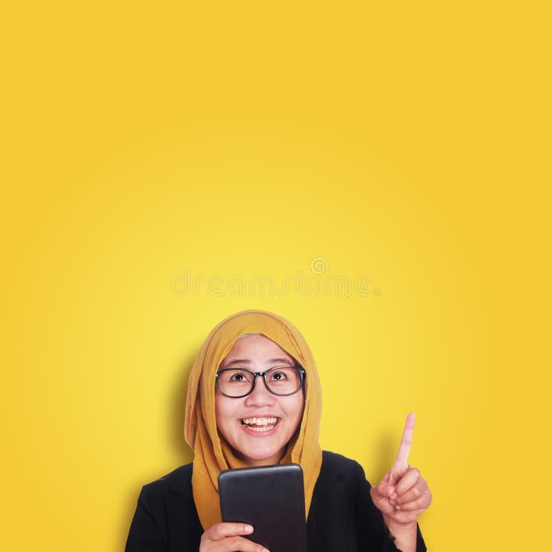 Empresaria joven Holding Tablet, teniendo un gesto de la idea foto de archivo