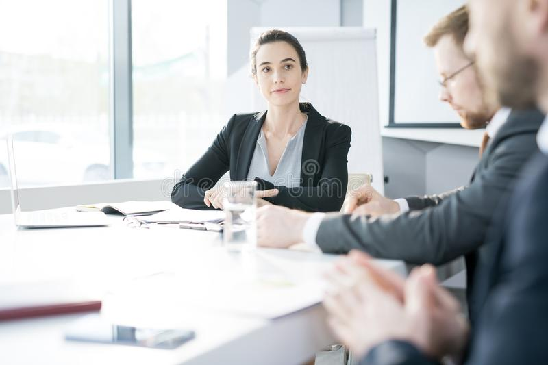 Empresaria joven Listening en la reunión imagen de archivo