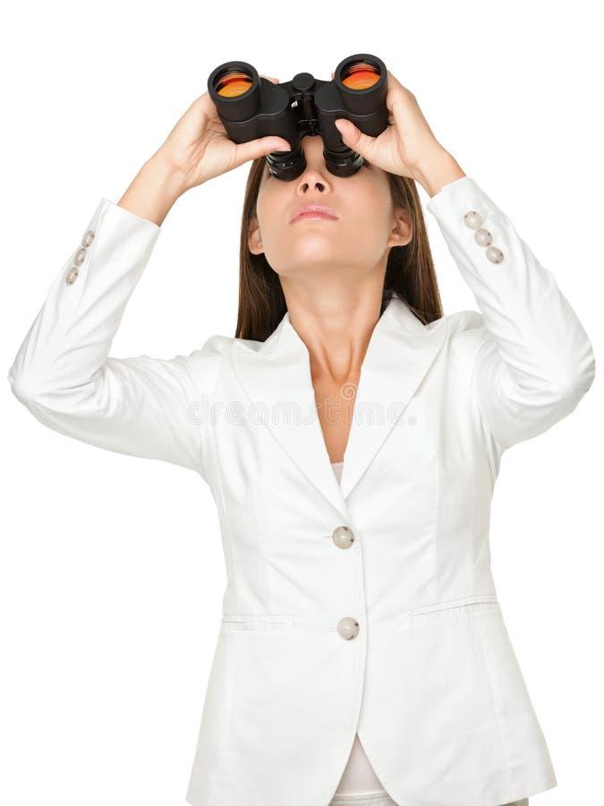 Empresaria joven Looking Through Binoculars foto de archivo