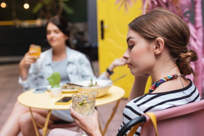 Empresaria joven que bebe la agua fría con el limón fotografía de archivo