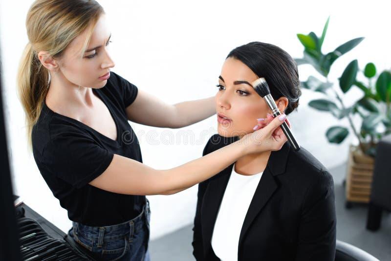 empresaria joven que consigue maquillaje hecho imagen de archivo