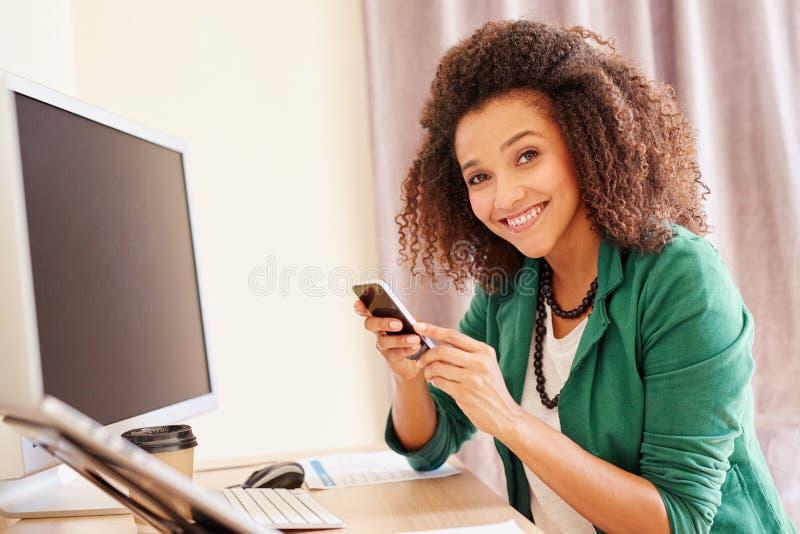 Empresaria joven que hace una llamada en su teléfono imágenes de archivo libres de regalías
