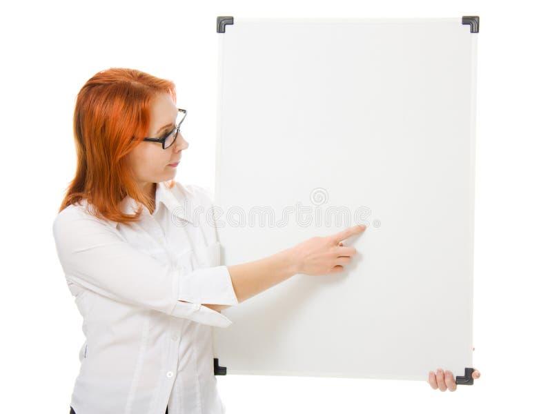 Empresaria joven que muestra el letrero en blanco fotografía de archivo libre de regalías