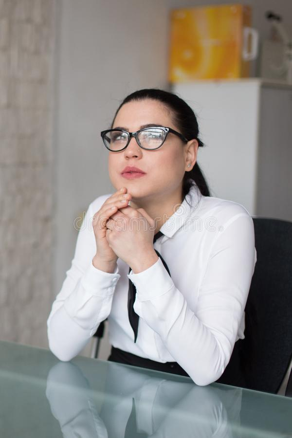 Empresaria joven que piensa en respuesta en oficina imagen de archivo libre de regalías
