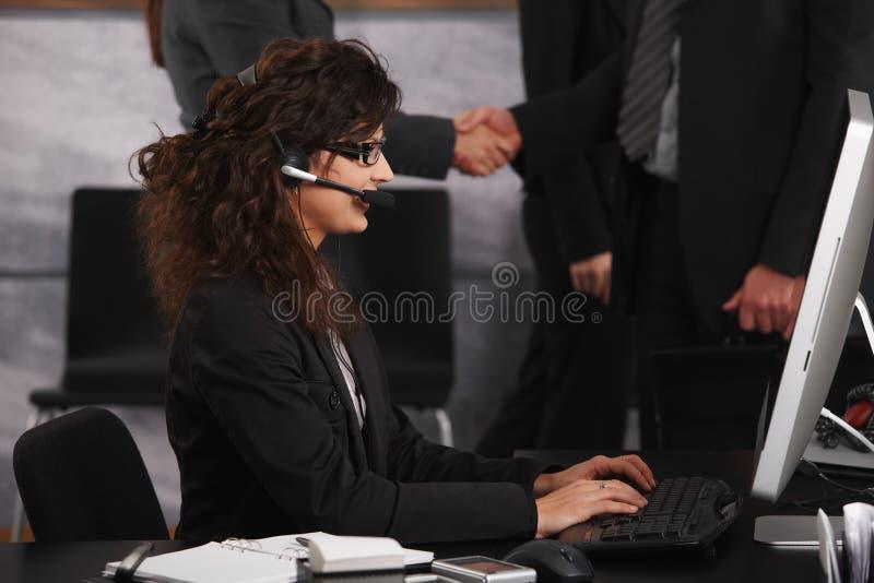 Empresaria que usa el compter de escritorio imagen de archivo libre de regalías