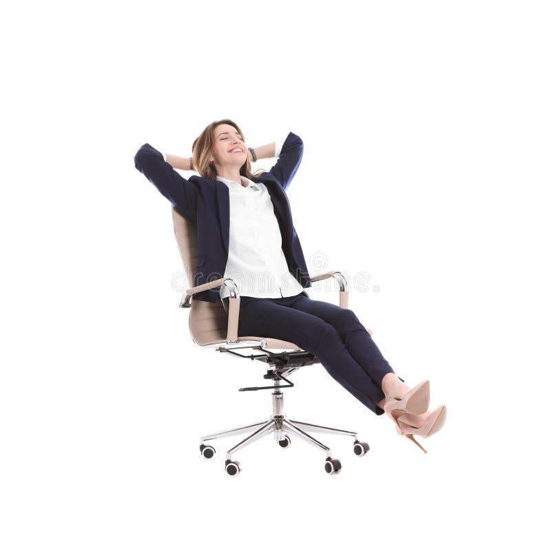 Empresaria joven que se sienta en silla de la oficina fotos de archivo libres de regalías