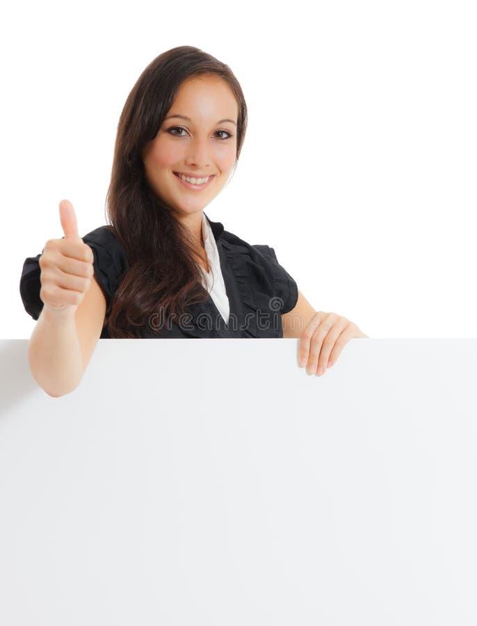 Empresaria joven que se sostiene en la tarjeta en blanco en su mano fotografía de archivo libre de regalías