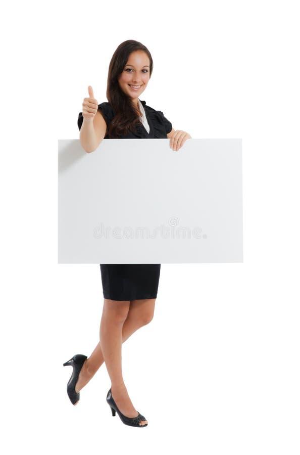 Empresaria joven que se sostiene en la tarjeta en blanco en su mano imagen de archivo libre de regalías