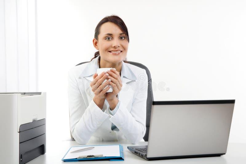 Empresaria joven que sostiene el café fotos de archivo libres de regalías