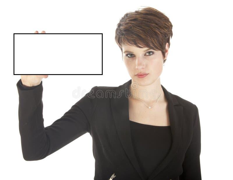 Empresaria joven que sostiene la tarjeta en blanco aislada imagenes de archivo