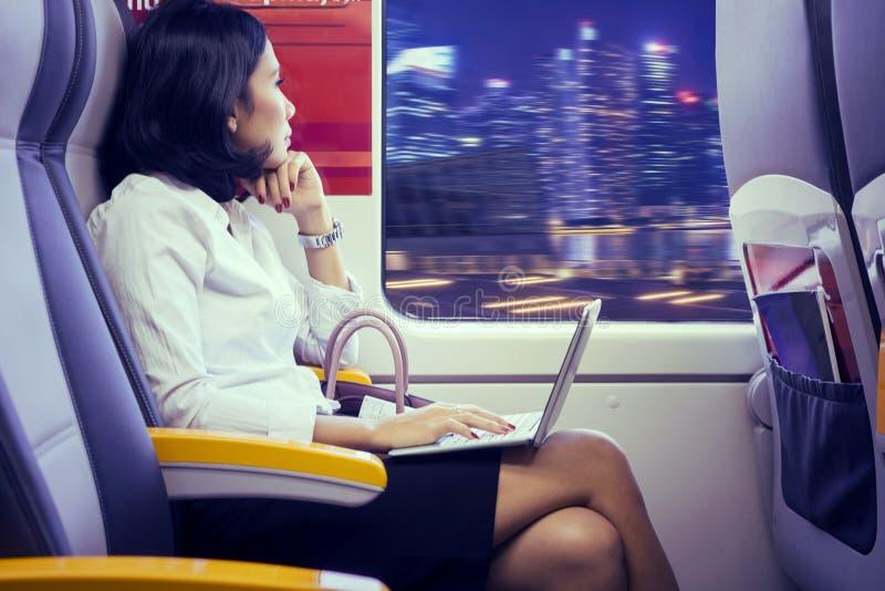 Empresaria joven que sueña despierto en tren del aeropuerto imagen de archivo libre de regalías