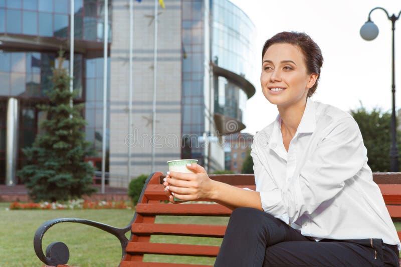 Empresaria joven que tiene un descanso para tomar café foto de archivo
