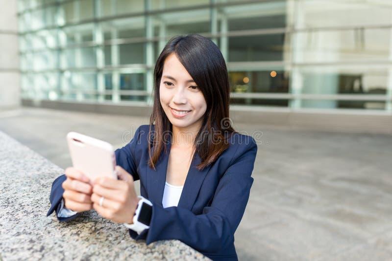 Empresaria joven que trabaja en el teléfono móvil fotos de archivo